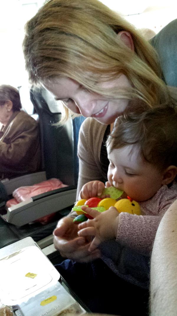 Bebe cu jucarie in avion