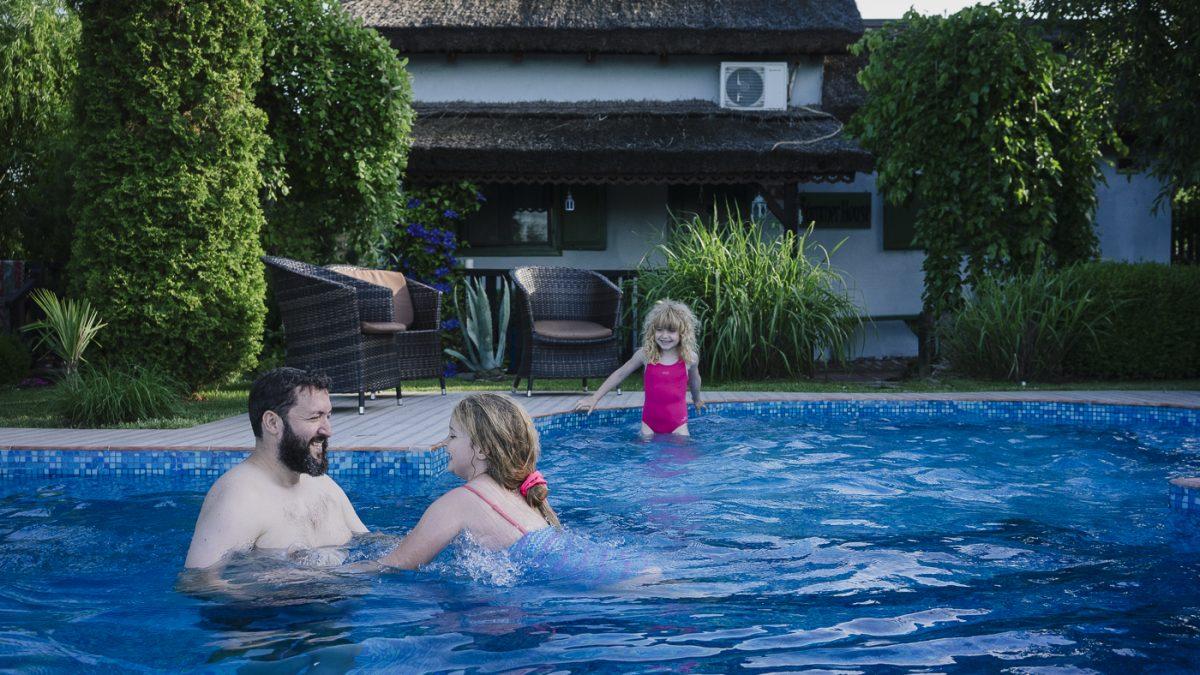 Complex Varvara – <b>casute traditionale cu piscina</b> la marginea Deltei